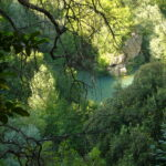 """""""L'acqua nella roccia"""" a Villa Gregoriana a Tivoli: la mostra al naturale degli artisti di Fortebraccio"""