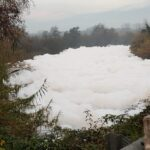 Fiume Sacco, schiuma sempre più fitta stamattina a Ceprano (FR)